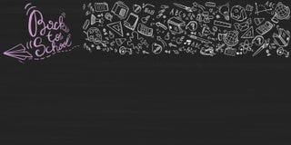 Terug naar school van letters voorziende achtergrond met krabbelelementen op bord, vectorillustratie vector illustratie