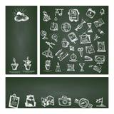 Terug naar School Vastgestelde Webbanner Hand getrokken schoolpictogrammen en symbolen op groen bord met plaats voor uw tekst Royalty-vrije Stock Foto
