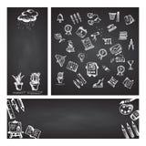 Terug naar School Vastgestelde Webbanner Hand getrokken schoolpictogrammen en symbolen op zwart bord met plaats voor uw tekst Stock Foto's