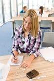 Terug naar school - vrouwelijke student in klaslokaal Stock Foto