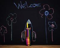 Terug naar school zwarte achtergrond de raket met potloden maakte, schetst het trekken boeken Stock Afbeelding