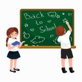 Terug naar schoolachtergrond, meisje en jongen die met boeken op bord voor conceptenbanner of kaartillustratie schrijven Stock Foto
