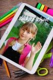 Terug naar schoolachtergrond met tabletpc die foto van sch tonen Stock Fotografie