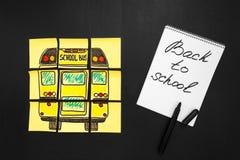Terug naar schoolachtergrond met titel ` terug naar school ` en `-schoolbus ` op de gele stukken van document en notitieboekje wo stock fotografie