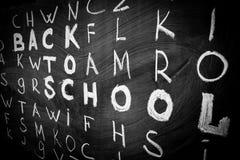 Terug naar schoolachtergrond met titel ` terug naar school ` onder andere brieven van Engels die alfabet door wit krijt worden ge Stock Afbeeldingen