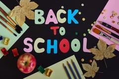 Terug naar schoolinschrijving van gekleurde brieven, schoollevering, rijpe rode appel en de herfstbladeren wordt gemaakt op de zw stock foto's