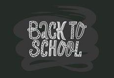 Terug naar schoolkrabbels die citaat op zwart bord van letters voorzien zwart-witte hand getrokken embleemuitdrukking Groteske ma stock illustratie