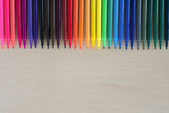 Terug naar schoollevering, toebehoren van kantoorbehoeften de kleurrijke pennen op houten achtergrond, Hoogste mening stock foto
