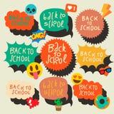 Terug naar schoolreeks stickers van toespraakbellen met de gezichten van de emojiglimlach Royalty-vrije Stock Foto's