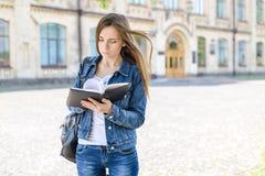 Terug naar universiteit! Het concept van de de leerlingslevensstijl van de onderzoekstiener Sluit omhoog fotoportret van zenuwach stock afbeeldingen