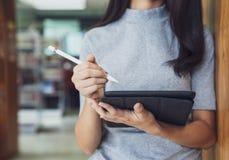 Terug naar van de de kennisuniversiteit van het schoolonderwijs het universitaire concept, Mooie vrouwelijke student die haar tab stock afbeeldingen