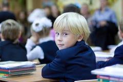 Terug in school - jongen in klaslokaal Stock Foto's