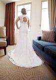 Terug van bruid bij venster Stock Foto's