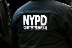 Terug van een NYPD-ambtenaar van de contraterreureenheid stock fotografie