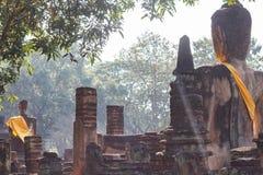 Terug van het Standbeeld van Boedha bij Wat Pra Khaeo Kamphaeng Phet-Provincie, Thailand Royalty-vrije Stock Foto's