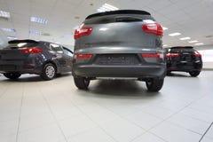 Terug van nieuwe glanzende auto's die zich in autowinkel bevinden. Royalty-vrije Stock Afbeeldingen
