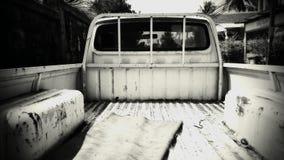 Terug van Oude klassieke en geroeste die auto in tropisch wordt gevonden stock foto