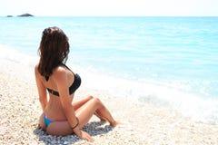Terug van sexy meisje op de zomerstrand Royalty-vrije Stock Afbeelding