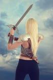 Terug van vrouwenstrijder die een zwaard houden royalty-vrije stock afbeeldingen