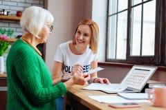 Teruggetrokken dame die de datum van de leningsbetaling op laptop kalender bekijken royalty-vrije stock fotografie