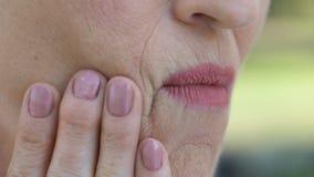 Teruggetrokken dame die ongemak in mond voelen, ontsteking van gommen, periodontitis stock videobeelden