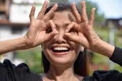 Teruggetrokken Filipina Female Senior Searching royalty-vrije stock fotografie