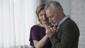 Teruggetrokken man en vrouw die, man het kussen vrouwenhand, die club voor bejaarden dateren dansen stock videobeelden