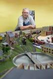 Teruggetrokken mens in workshop Stock Fotografie