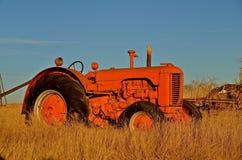Teruggetrokken oude oranje tractor Royalty-vrije Stock Afbeelding