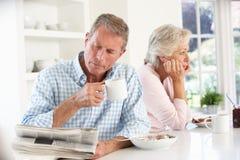 Teruggetrokken paar dat ontbijt eet royalty-vrije stock afbeelding