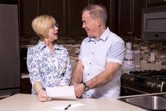 Teruggetrokken paar in de keuken stock fotografie