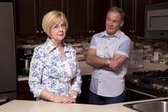 Teruggetrokken paar in de keuken royalty-vrije stock foto