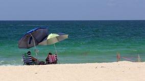 Teruggetrokken paar op een strand Stock Afbeeldingen