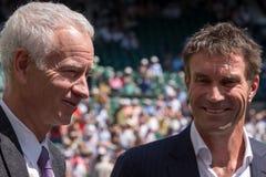 Teruggetrokken spelers, Pat Cash en John McEnroe in gesprek vóór het begin van mensen` s def. op centrumhof royalty-vrije stock foto