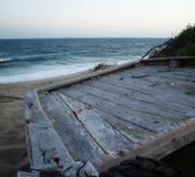 Teruggetrokken vissersboot in de Duinen stock afbeeldingen
