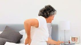 Teruggetrokken vrouw die pillen nemen stock video