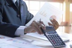 Terugkeer op de berekening van de investeringsanalyse stock foto's