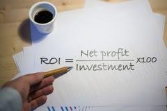 Terugkeer op investeringsverklaring op een wit blad van document tijdens een commerciële vergadering wordt gedrukt die Royalty-vrije Stock Fotografie