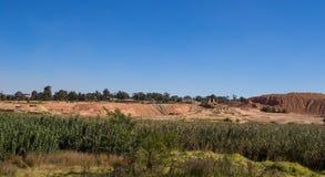 Terugwinning van historische goudmijnstortplaatsen rond Johannesburg stock foto's