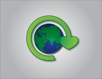 Återvinningsymbol med planetjordlogo i centrera Arkivfoton