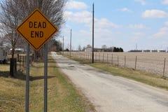 Återvändsgrändtecken på en rak landsväg Arkivbilder