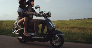 Terwijl het berijden van de fiets op de weg houdt het meisje op het motorenlicht bij terug naar regelmatiger en veilig gevoel stock footage