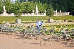 Terytorium park Luksemburg pałac Pracownik umieszcza rękę Obrazy Royalty Free