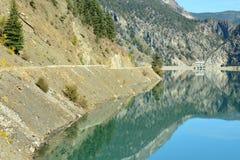 Terzaghi fördämning, huvudväg och snickare Lake Reservoir i britten Co Arkivbild