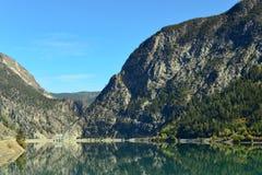 Terzaghi fördämning och snickare Lake Reservoir i British Columbia, C Arkivfoto
