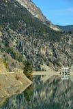 Terzaghi fördämning och snickare Lake Reservoir i British Columbia, C Royaltyfria Foton