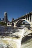 Terzo ponte del viale sopra il san Anthony Falls. Minneapolis, Minnesota, U.S.A. immagini stock libere da diritti