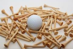 Tes y bola de golf Fotografía de archivo