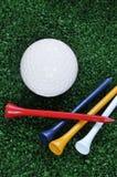 Tes y pelota de golf Imagen de archivo libre de regalías