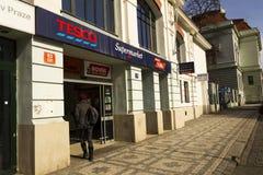 Tesco-bedrijfembleem op de supermarkt die op 3 Maart, 2017 in Praag, Tsjechische republiek voortbouwen royalty-vrije stock fotografie